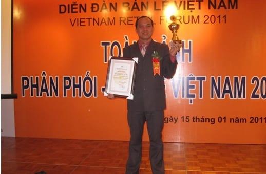 """Thông cáo báo chí: Ban điều hành Vi-Mart nhận bằng khen và cúp vàng """"Vì sự phát triển ngành phân phối bán lẻ Việt Nam"""""""