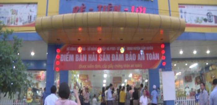 (Hà Tĩnh) Siêu thị Vi-Mart Công Đoàn ra mắt điểm bán hải sản an toàn và phối hợp với UBND H.Cẩm Xuyên phát gạo miễn phí cho ngư dân